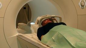 Hjärntomography för en kvinna på MRI-bildläsning arkivfilmer
