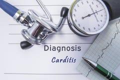 Hjärt- diagnos Carditis Medicinsk formrapport med den skriftliga diagnosen av Carditis som ligger på tabellen i doktorskabinettet royaltyfri bild