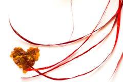 Hjärta av bärnstensfärgad kortsammansättning för valentin dag som isoleras på vit Arkivfoton