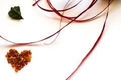 Hjärta av bärnstensfärgad kortsammansättning för valentin dag som isoleras på vit Royaltyfria Foton