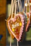 Hjärta av den dekorativa julkakan Arkivbilder