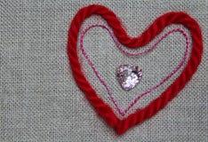 Hjärta av den röd och rosa färgtråden Arkivfoto