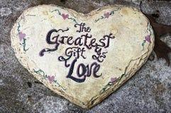 Hjärta av förälskelse - den största gåvan är förälskelse royaltyfria foton