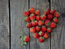 Hjärta av nya jordgubbar - jordgubbehjärta arkivbild