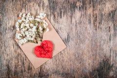 Hjärta av origami Blommor i kuvertet och valentin Pappers- hjärta Arkivbilder