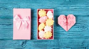 Hjärta av origami och en ask av marshmallower Luftmerengue och pappershjärta Romantiskt begrepp Royaltyfria Bilder