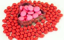 Hjärta av preventivpillerar som isoleras på vit bakgrund Arkivbilder