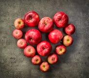 Hjärta av röda äpplen arkivbild