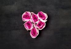 Hjärta av rosa rosor på svart backgraund royaltyfri bild