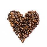 Hjärta av svarta bönor för kaffe på en vit bakgrund Royaltyfri Fotografi