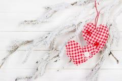 Hjärta av tyg på en snöig filial Arkivbild