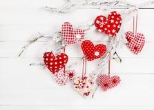 Hjärta av tyg på en snöig filial Royaltyfri Bild