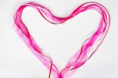 Hjärta för begrepp för dag för St-valentin` s röd och rosa band- Arkivfoto