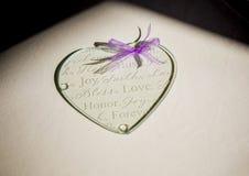 Hjärta för exponeringsglas för bröllopgåva Royaltyfri Bild