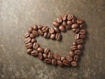 Hjärta för förälskelse för kaffeböna arkivbilder