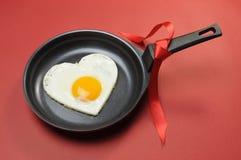 Hjärta för frukosten för förälskelsetemavalentinen formar ägget Royaltyfri Fotografi