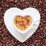 Hjärta för kopp för vitt kaffe som formas med cappucino Arkivfoto