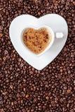 Hjärta för kopp för vitt kaffe som formas med cappucino Royaltyfri Foto