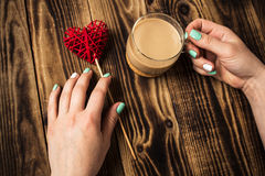 Hjärta för ljus kopp kaffe för manikyr för kvinnahand handgjord Royaltyfri Bild