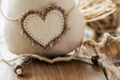 Hjärta för mjukt tyg för katt handgjord som sätter in text Makro Arkivbild