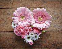 Hjärta för rosa och vita blommor arkivfoto
