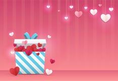 Hjärta för två rosa färg En gåvaask med många hjärta-formad pappers- konsthantverkstil inom och många hjärta-format papper överst Arkivfoto