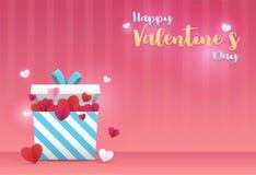 Hjärta för två rosa färg En gåvaask och många hjärta-formad pappers- hängning över överst med ` för dag för valentin för meddelan Fotografering för Bildbyråer