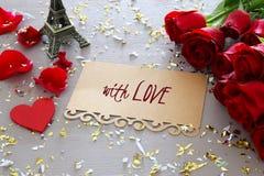 Hjärta för två rosa färg Härlig bukett av rosor bredvid bokstav med text MED FÖRÄLSKELSE på trätabellen Royaltyfri Bild