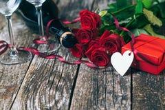 Hjärta för två rosa färg härliga röda ro Valentingåva med blommor Champagneexponeringsglas och romantiska rosor på trä royaltyfri foto