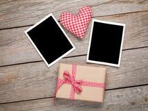 Hjärta för valentindagleksak, tomma fotoramar och gåvaask arkivfoton