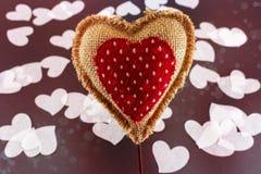 Hjärta för valentinlinnesäckväv arkivfoton