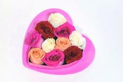 Hjärta för varma rosa färger med rosor i formad hjärta boxas överst fotografering för bildbyråer