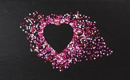 Hjärta formad översikt på svart bakgrund Fotografering för Bildbyråer