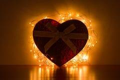 Hjärta-formad ask med ljus royaltyfri foto
