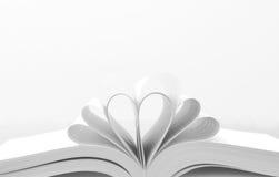 Hjärta formad bok Arkivfoto
