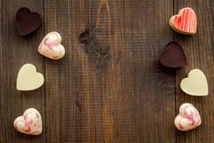 Hjärta-formad confection för valentin dag på mörkt träutrymme för bästa sikt för bakgrund för text royaltyfri foto