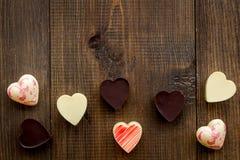 Hjärta-formad confection för valentin dag på mörkt träutrymme för kopia för bästa sikt för bakgrund arkivfoton