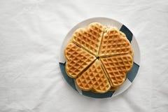 Hjärta formad dillande på en platta morgonfrukost eller eftermiddagefterrätt med te arkivbild