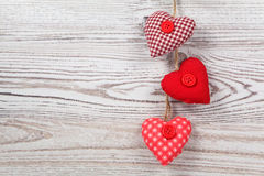 Hjärta-formad garnering på trä royaltyfria foton