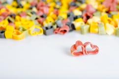 Hjärta formad italiensk pasta. två röda hjärtor Royaltyfria Foton