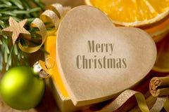 Hjärta-formad julgåva med att märka glad jul fotografering för bildbyråer