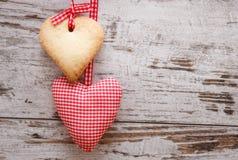 Hjärta formad kaka med handgjord hjärta Royaltyfri Bild