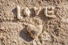 Hjärta formad korall och ordet FÖRÄLSKELSE på sand, Boracay ö, Filippinerna Arkivbild