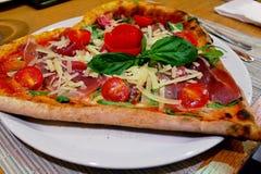 Hjärta formad pizza på en tabell Arkivfoton