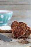 Hjärta formad rågrostade bröd och kopp kaffe Royaltyfri Fotografi