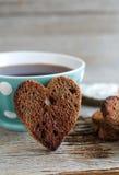 Hjärta formad rågrostade bröd och kopp kaffe Arkivfoto