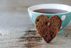 Hjärta formad rågrostat bröd och kopp kaffe Royaltyfri Fotografi