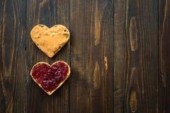 Hjärta formad smörgås för jordnötsmör arkivbild