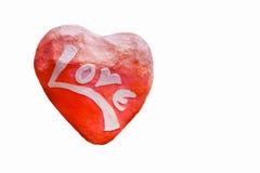 Hjärta formad sten med inristad meddelandeförälskelse Isolerad nolla-vit Royaltyfri Bild