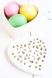 Hjärta formade asken mycket av färgrika påskägg Royaltyfri Bild
